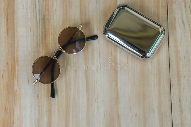 Gafas de sol marrones redondas con el altavoz inalámbrico para la música para el verano al aire libre fotografía de archivo libre de regalías