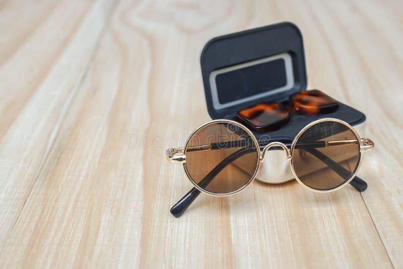 Gafas de sol marrones redondas con el auricular inalámbrico para la música para el verano al aire libre imagen de archivo
