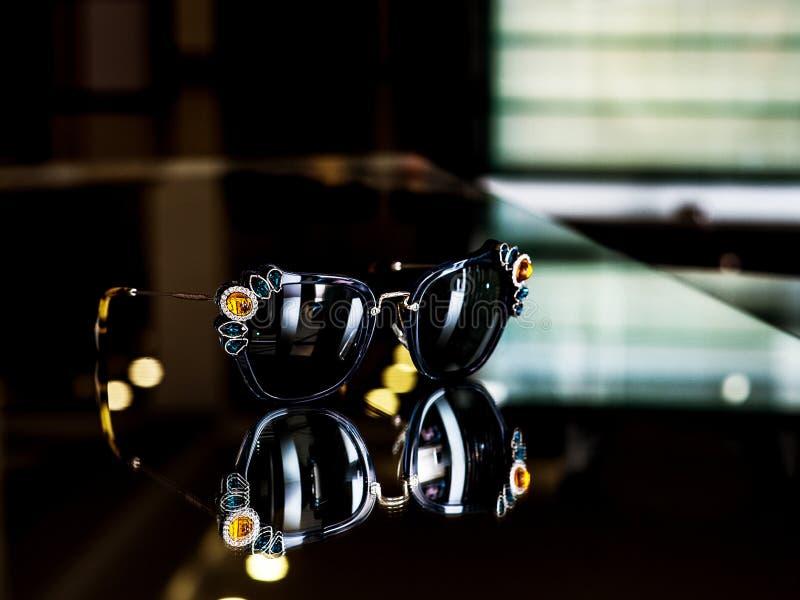 Gafas de sol de moda adornadas con las piedras sobre el vidrio foto de archivo
