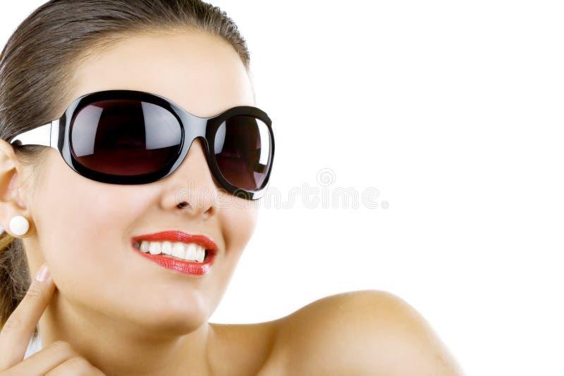 Gafas de sol que desgastan de la mujer hermosa