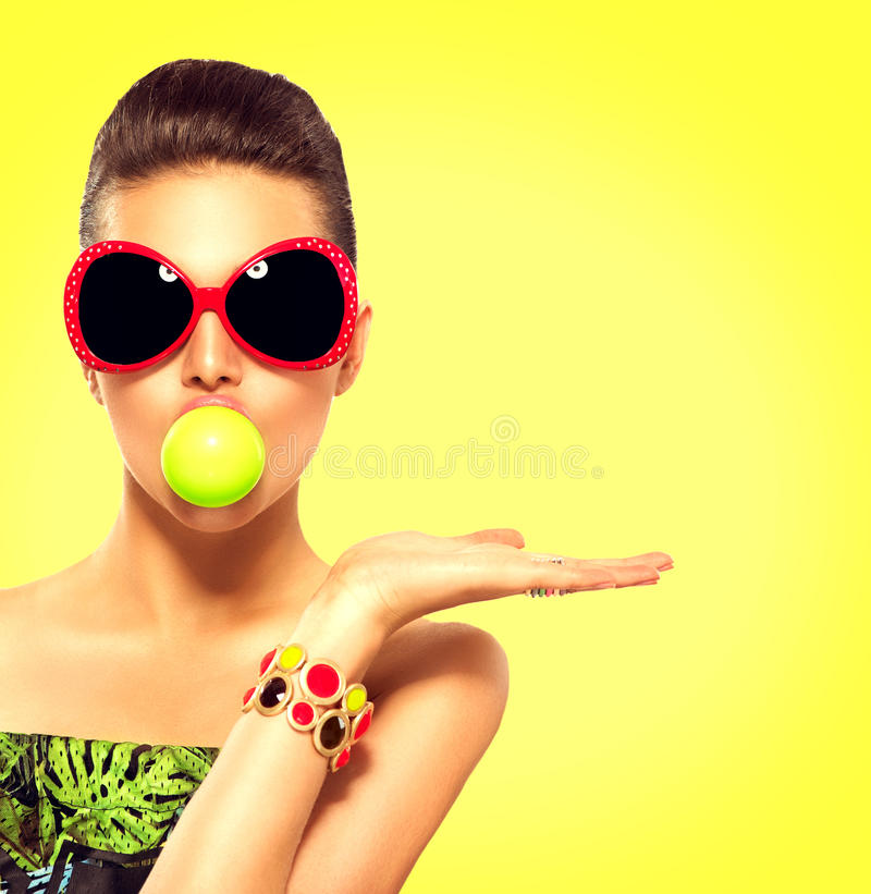 Gafas de sol que llevan de la muchacha del modelo de moda del verano imagenes de archivo