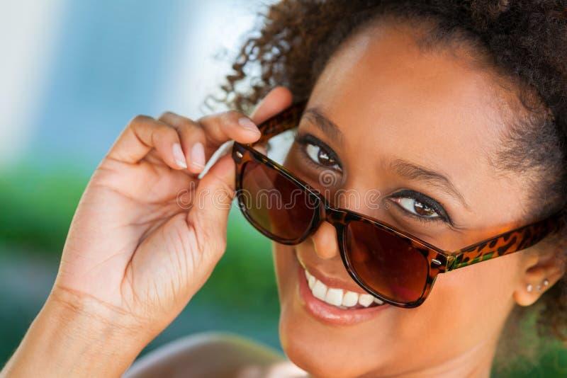 Gafas de sol que llevan de la mujer afroamericana imagen de archivo