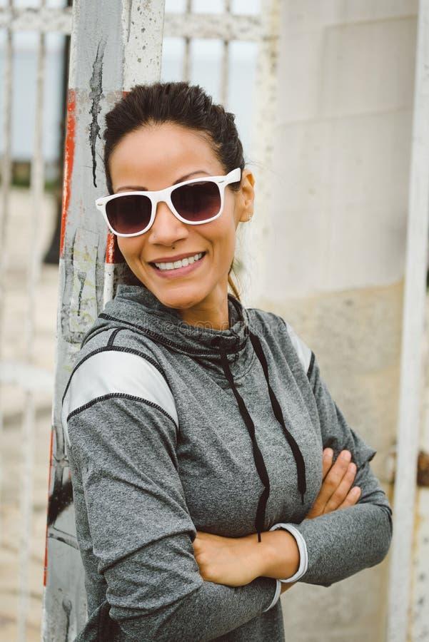 Gafas de sol que llevan de la mujer hermosa acertada de la aptitud fotos de archivo