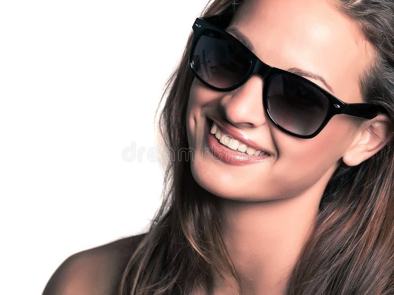 Gafas de sol que llevan de la mujer hermosa joven fotos de archivo