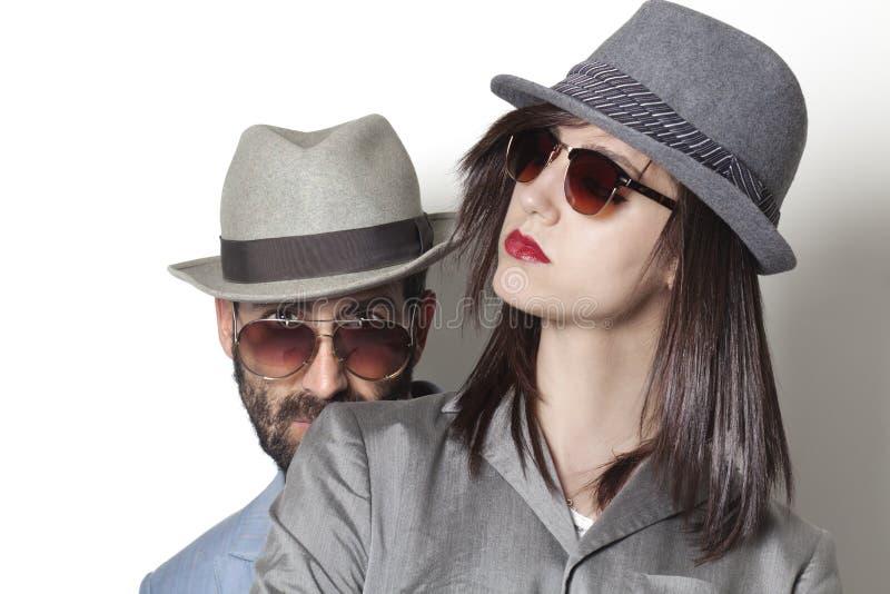 Gafas de sol que llevan de los pares de Ganster foto de archivo libre de regalías