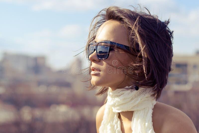 Gafas de sol que llevan de moda de la muchacha elegante hermosa del modelo imagen de archivo