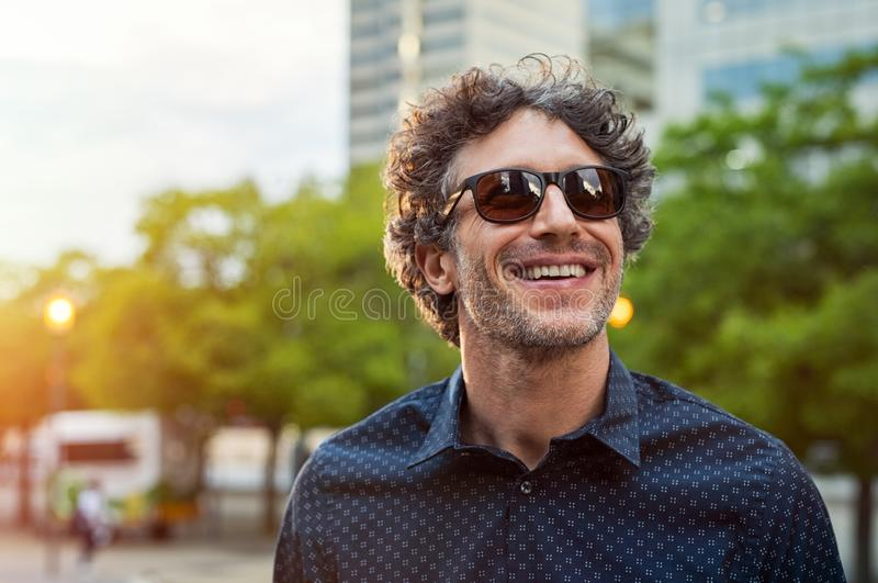 Gafas de sol que llevan del hombre feliz fotografía de archivo