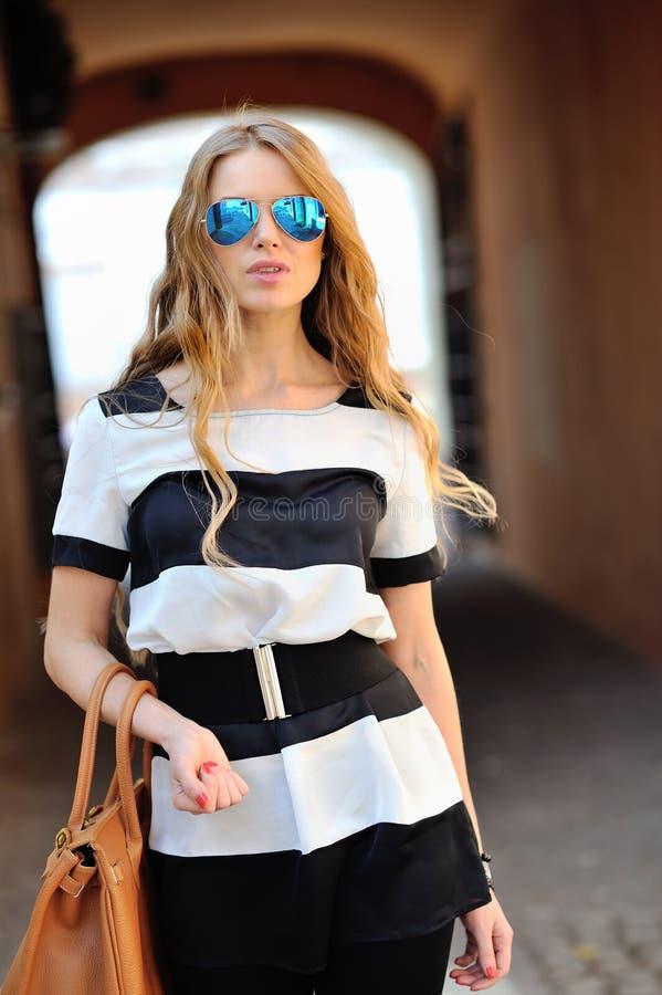 Gafas de sol que llevan del retrato hermoso de la mujer de la moda fotos de archivo