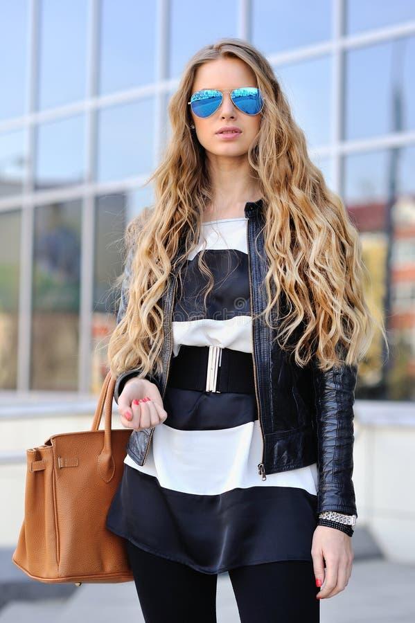 Gafas de sol que llevan del retrato hermoso de la mujer de la moda imágenes de archivo libres de regalías