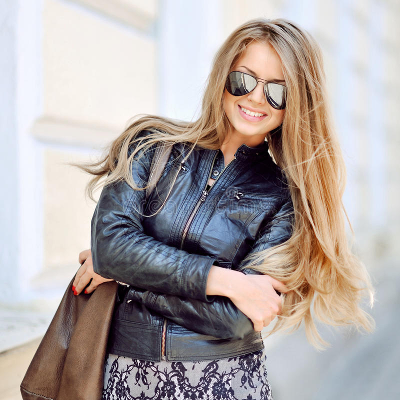 Gafas de sol que llevan del retrato hermoso de la mujer de la moda fotos de archivo libres de regalías