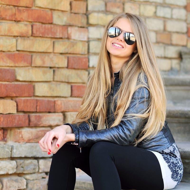 Gafas de sol que llevan del retrato hermoso de la mujer de la moda del primer foto de archivo libre de regalías