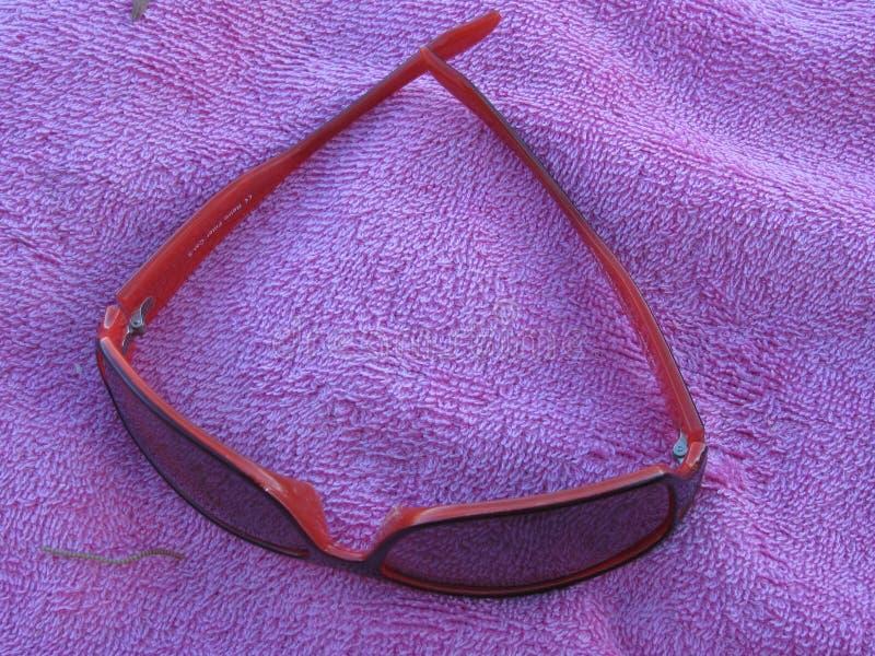 Gafas de sol rojas imagenes de archivo