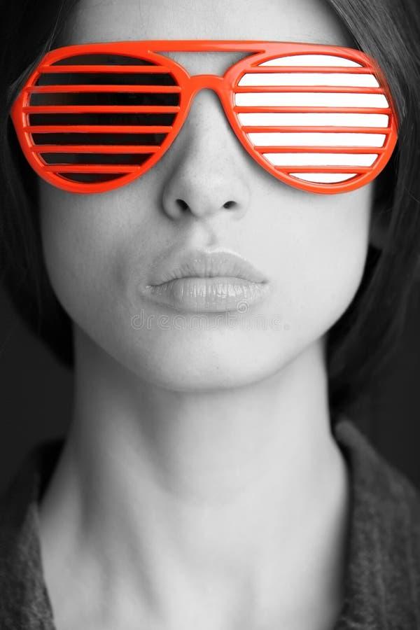 Gafas de sol rojas en la cara foto de archivo libre de regalías