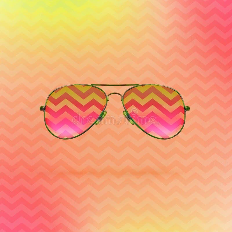 Gafas de sol rosadas brillantes en fondo del jet con el ornamento del zigzag imagen de archivo