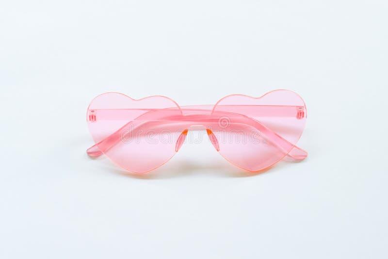 Gafas de sol rosadas en el fondo blanco foto de archivo