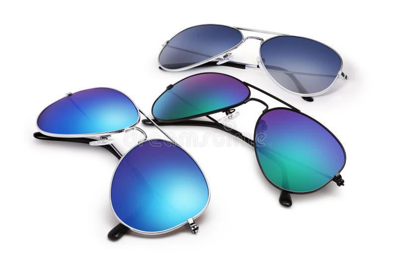 Gafas de sol tipo aviador aisladas en el fondo blanco con el espejo azul foto de archivo