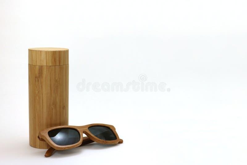 Gafas de sol y caso de madera fotografía de archivo