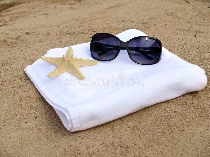 Gafas de sol y estrellas de mar en la toalla blanca fotografía de archivo libre de regalías