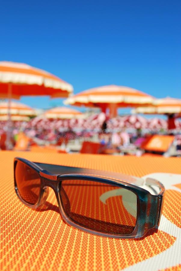 Gafas de sol y playa fotos de archivo
