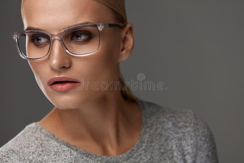 Gafas femeninas Mujer en el marco hermoso de los vidrios, lentes imagen de archivo libre de regalías