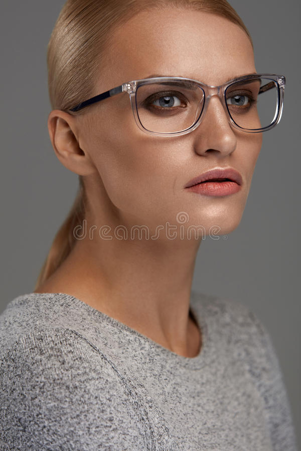 Gafas femeninas Mujer en el marco hermoso de los vidrios, lentes fotos de archivo