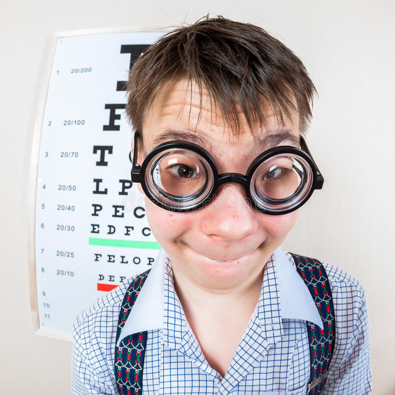 Gafas que llevan de la persona en una oficina en el doctor imagen de archivo libre de regalías