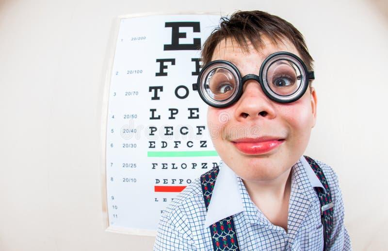 Gafas que llevan de la persona en una oficina en el doctor fotografía de archivo