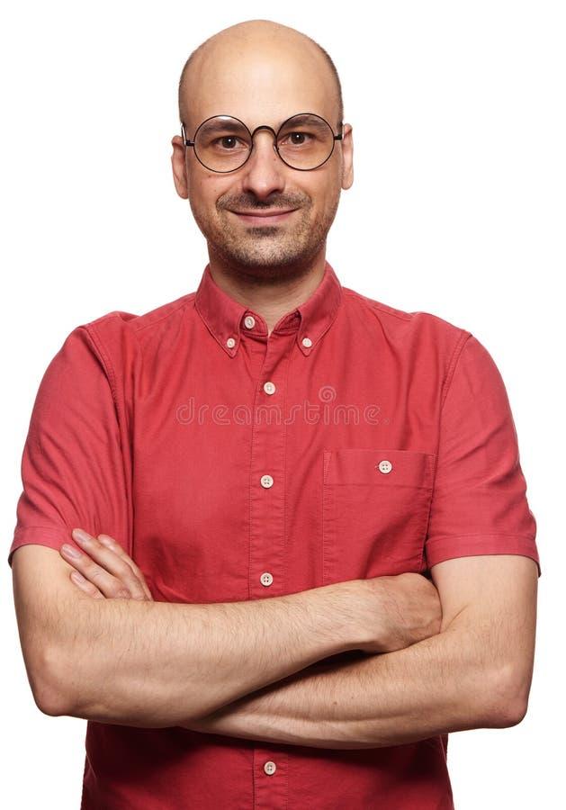 Gafas sonrientes y que llevan del individuo calvo imagenes de archivo