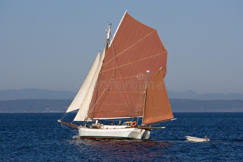 Gaff a calé le bateau à voiles rouge de ketch d'écorce à tan photo stock