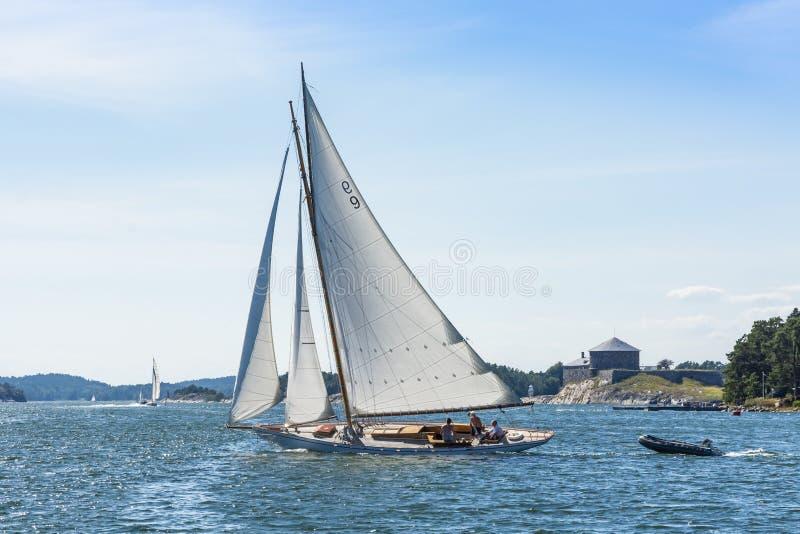 Gaff classico ha attrezzato l'arcipelago di Stoccolma del falco pescatore della corvetta fotografia stock libera da diritti