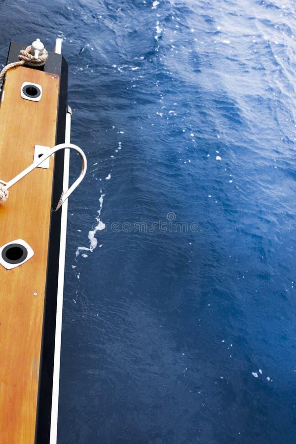 Gaff krok som vilar på sidan av ett fartyg royaltyfri fotografi