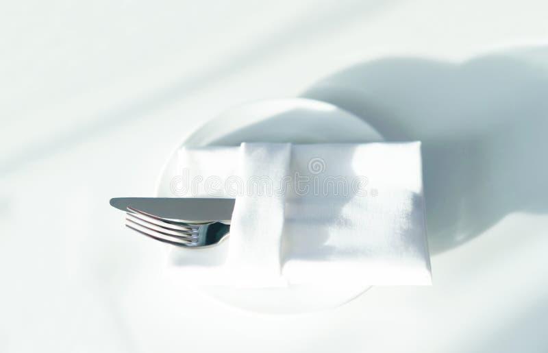 Gaffel och kniv p? tabellen fotografering för bildbyråer