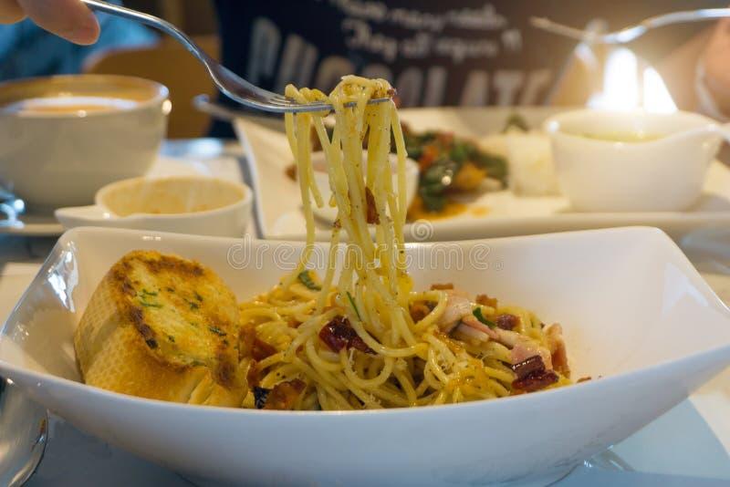 Gaffel som kammar hem spagetticarbonara i maträtt fotografering för bildbyråer