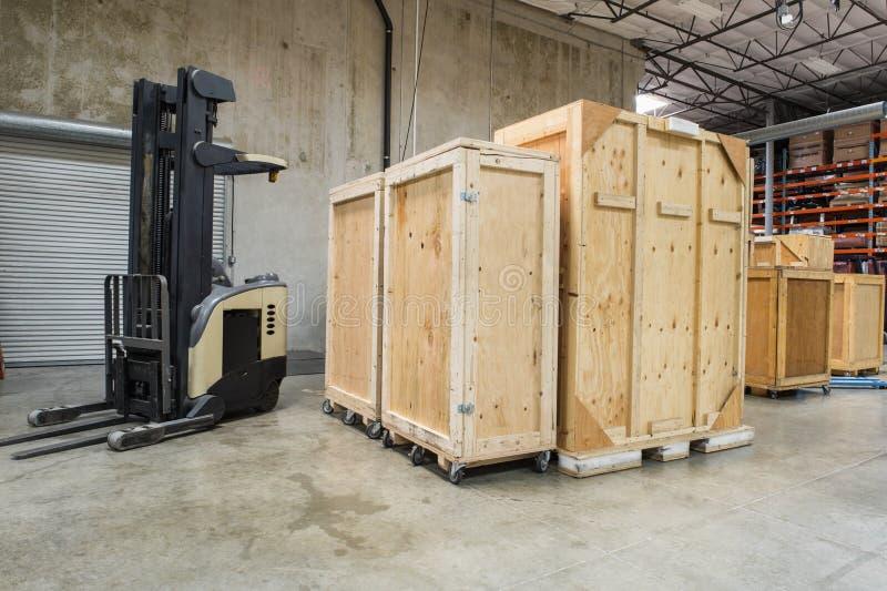 Gaffeltruck och träbehållare i fabriks- bransch fotografering för bildbyråer