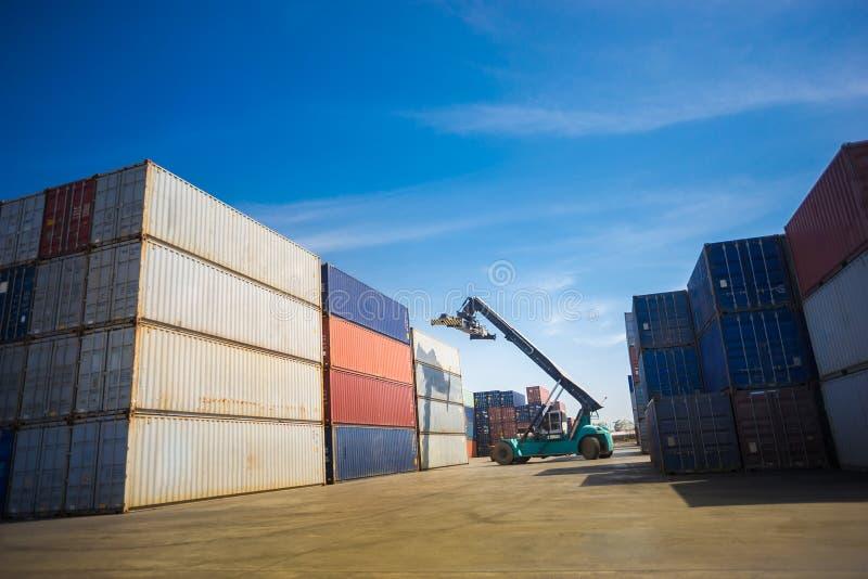 Gaffeltruck som behandlar behållareaskpäfyllning för att åka lastbil i logistisk zon royaltyfri foto