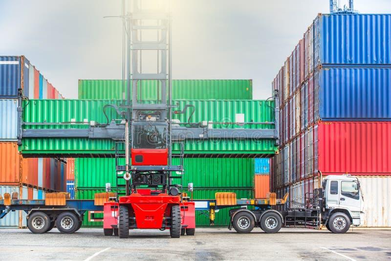 Gaffeltruck som behandlar behållareaskpäfyllning på skeppsdockorna med lastbilen, royaltyfria foton