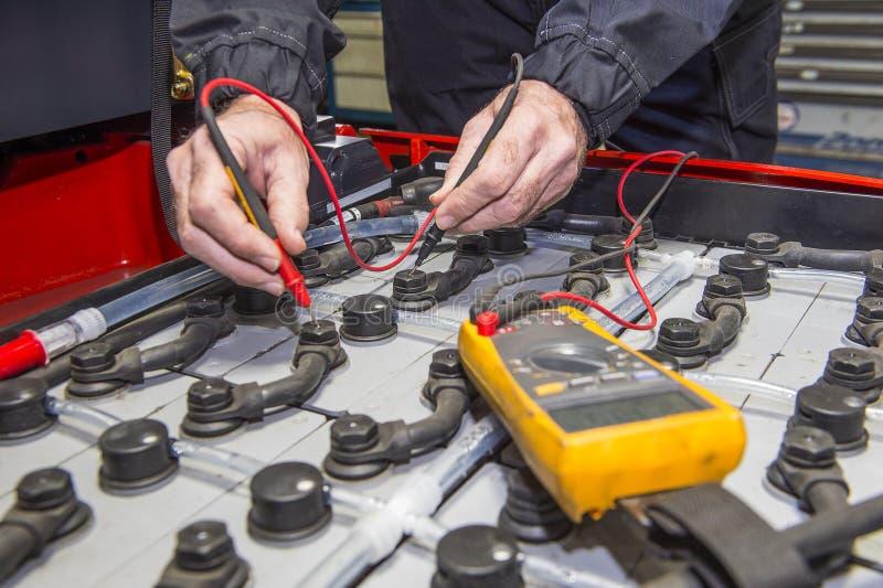 Gaffeltruckbatterikontroll royaltyfria bilder