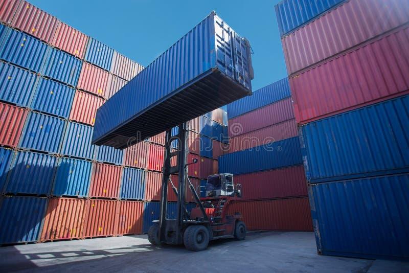 Gaffeltrucklyftande lastbehållare i sändande gård eller skeppsdockagård mot soluppgånghimmel för trans.import arkivfoton