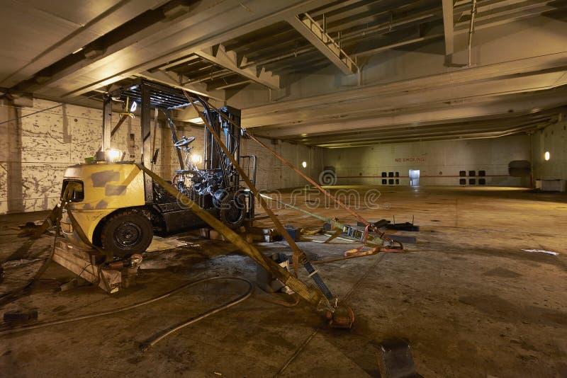 Gaffeltruckreparation professional service Bilelevator Lagertransport Gaffeltruckladdare industriell elevatorlastbil för gaffel royaltyfri bild