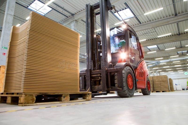 Gaffeltrucktransport i en modern produktionlätthet royaltyfria bilder