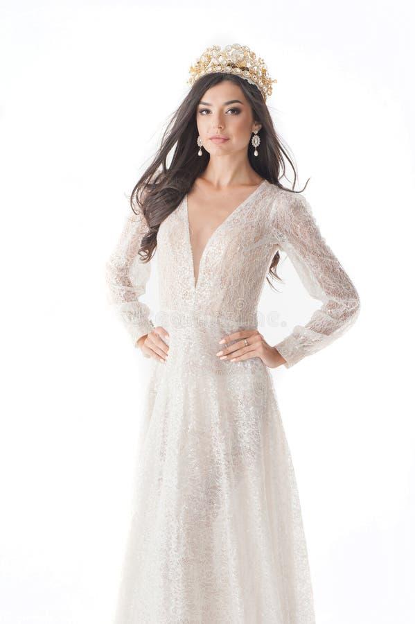 Gagnant avec du charme du concours de Mlle, dans une robe et une couronne blanches images stock