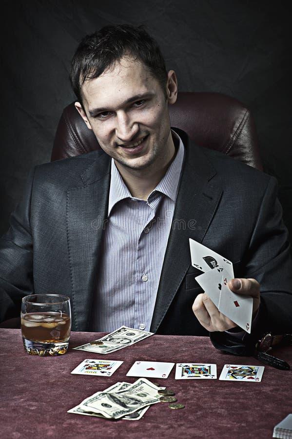 Gagnant d'homme d'affaires jouant au poker photo stock