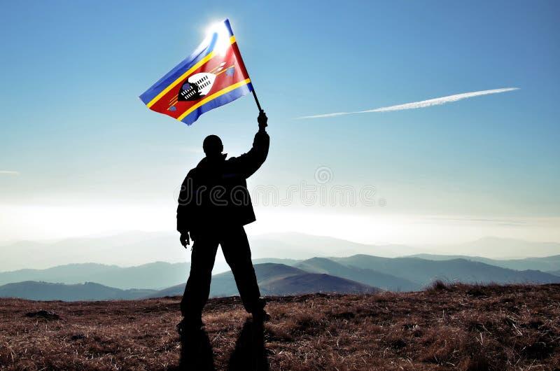 gagnant d'homme ondulant le drapeau du Souaziland photographie stock libre de droits