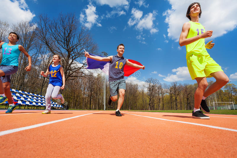 Gagnants français adolescents de course sur la voie image libre de droits