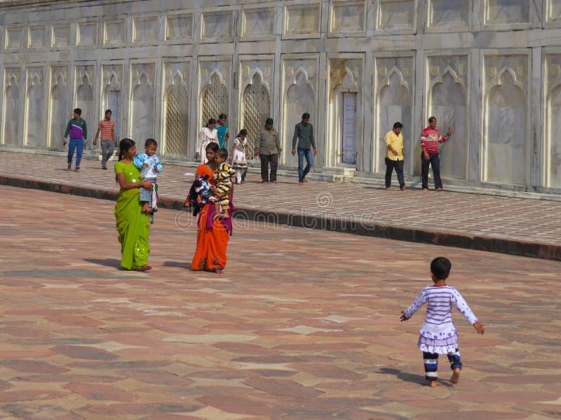 Gagra Indien, November 21, 2013 Indiska mödrar i sari med barn och andra personer nära väggarna av Taj Mahal royaltyfria bilder