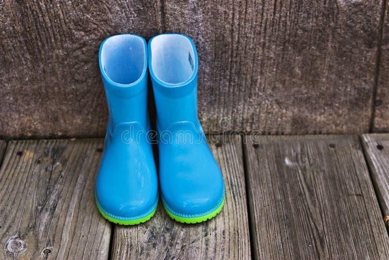 Gaines de pluie de l'enfant photographie stock