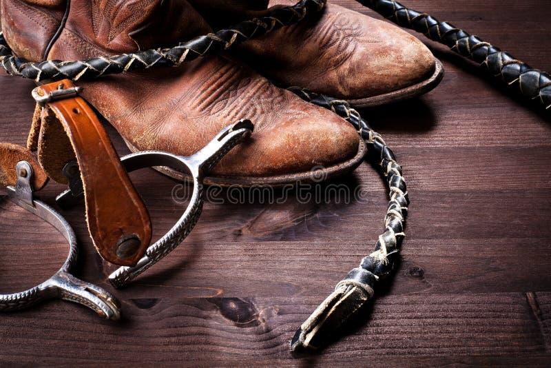 Gaines, fouet et dents de cowboy sur le bois photo stock