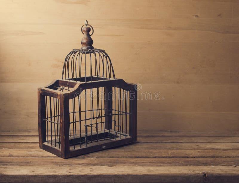Gaiola de pássaro vazia de madeira fotos de stock royalty free