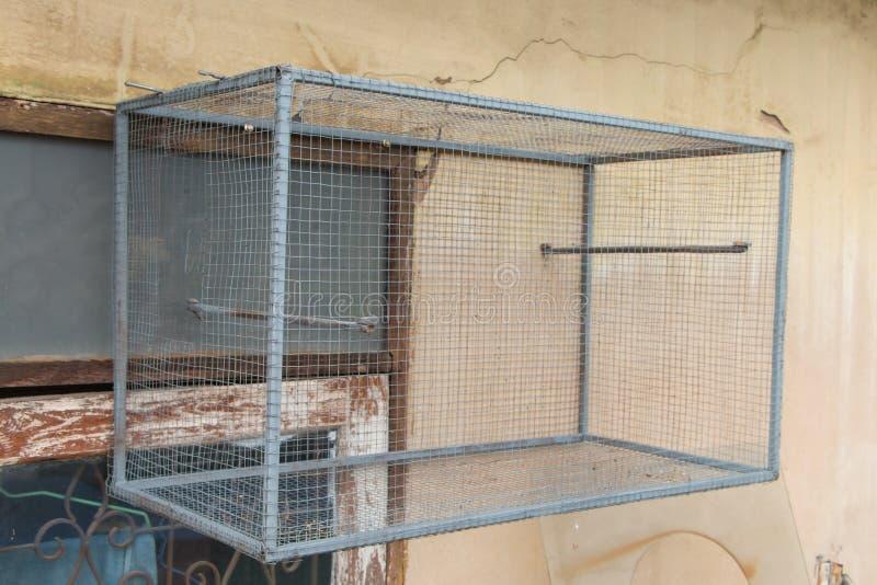 Gaiola de pássaro vazia na parede imagens de stock
