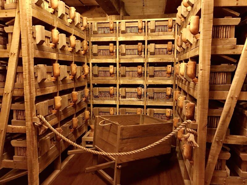 Gaiolas animais dentro da réplica da arca do ` s de Noah no encontro da arca imagem de stock